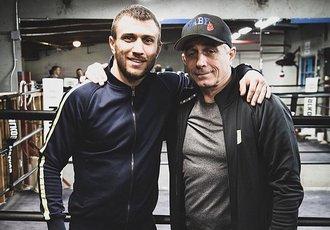 Кадр Дня. Ломаченко з батьком у тренувальному таборі