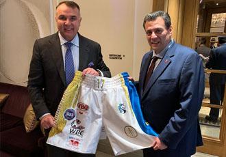 Усик передав шорти в музей WBC (ФОТО)