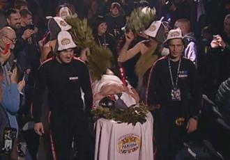 Денис Берінчик вийшов у ринг у вигляді сауни (ВІДЕО)