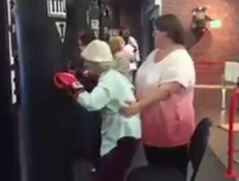 Бабуся, яка гамселить боксерську грушу, підкорила мережу (ВІДЕО)