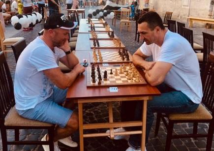 Володимир Кличко зіграв у шахи в центрі Львова (ФОТО)