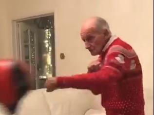 Мережу підкорив 98-річний дідусь, який гамселить грушу (ВІДЕО)