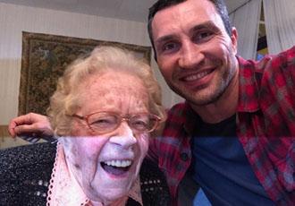 Кадр Дня: Володимир Кличко зі своєю 110-річною фанаткою