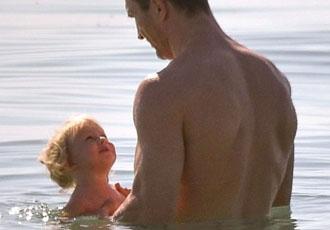 Милість дня: Кличко купається в океані з маленькою донечкою (ФОТО)