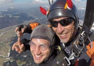 Кадр Дня. Володимир Кличко займається скайдайвінгом в Австрії
