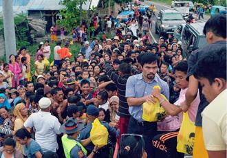 Кадр дня: Пакьяо допомагає філіппінцям (ФОТО)