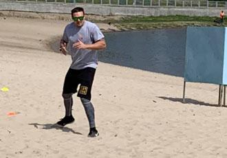 Кадр дня. Усик тренується на одному із пляжів Києва