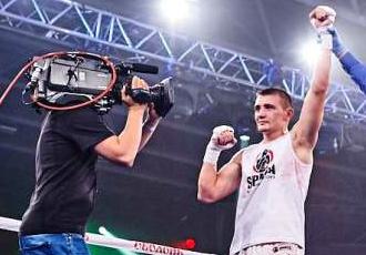 Українського боксера після перемоги закидали стільцями та пляшками