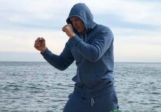 Оригінальне тренування Усика на піску (ВІДЕО)