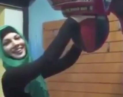 Мережу підкорила мусульманка, яка потужно гамселить грушу (ВІДЕО)