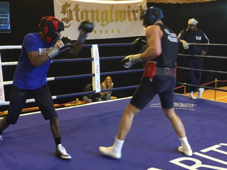 Кличко спарингує з боксером першої середньої ваги (ФОТО)