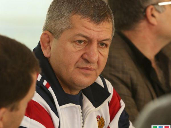 Батько Нурмагомедова промкометував рішення Вайта влаштувати бій Фергюсон-Лі