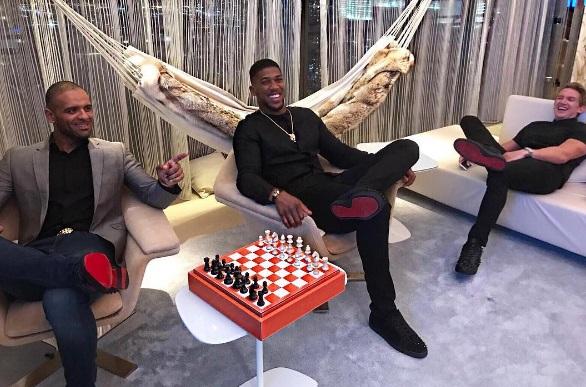 Джошуа грає в шахи (ФОТО)