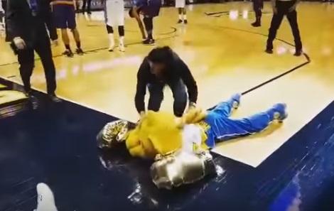 Еджейчик нокаутувала талісмана баскетбольної команди Nuggets (ВІДЕО)
