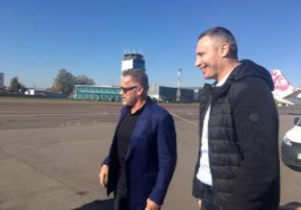 Кадр дня. Кличко зустрів Шварцнегера в київському аеропорту