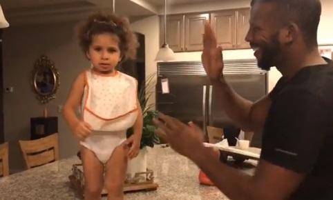 Баду Джек вчить маленьку донечку боксуватти (ВІДЕО)