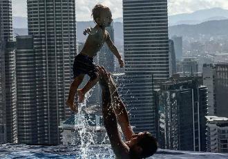 Кадр Дня. Ковальов грається з синочком в басейні на шаленій висоті