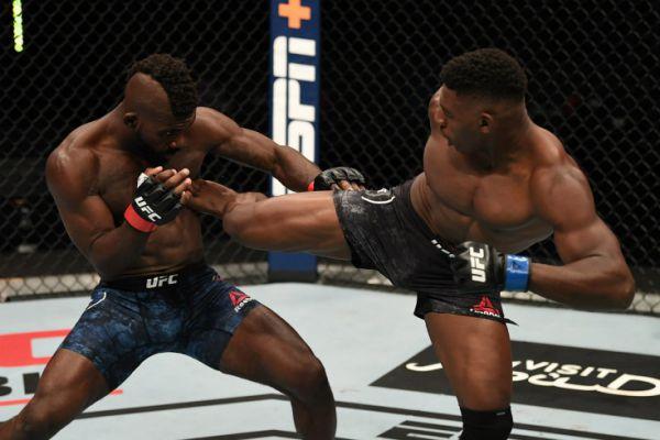 Найвидовищніший нокаут в UFC: Баклі ногою з розвороту зніс Касанганая (ВІДЕО)