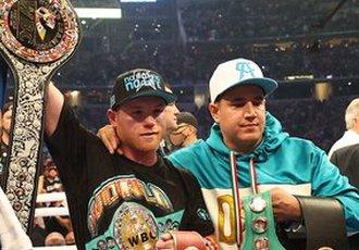 Чемпіон WBA, WBC і WBO в другій середній вазі Саул...