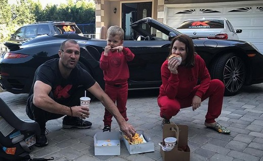 Голодний чемпіон. Ковальов з родиною їсть бургери (ФОТО)