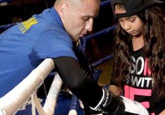 Максу Бурсаку під час спарингів допомагає красуня-донька (ФОТО)