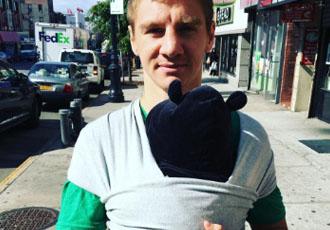 Милість дня: Іван Голуб бавиться зі своїм маленьким сином (ВІДЕО)