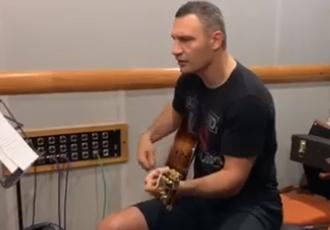 Віталій Кличко співає хіт The Beatles під гітару (ВІДЕО)