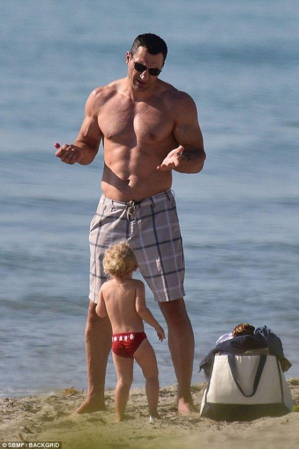 Кадр Дня: Кличко відпочиває з донечкою на березі океану