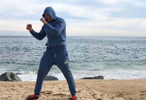 Кадр Дня. Усик тренується на пляжі у Барселоні