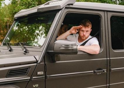 Кадр Дня: Брутальний Альварес на позашляховику і з чупа-чупсом