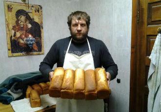 Ємельяненко випікає хліб у монастирі (ФОТО)