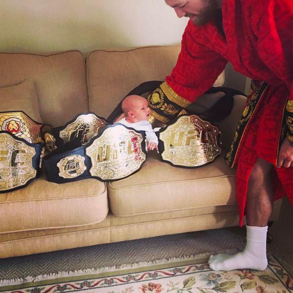 Чемпіон UFC Конор МакГрегор продовжує ділитись сві...